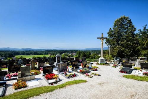 Na sliki je pokopališče.