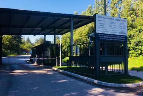 Na sliki je vhod v Center za ravnanje z odpadki Dob.