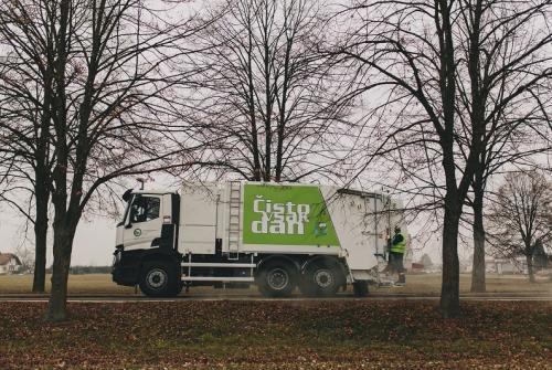 Slika prikazuje vozilo za odvoz odpadkov.