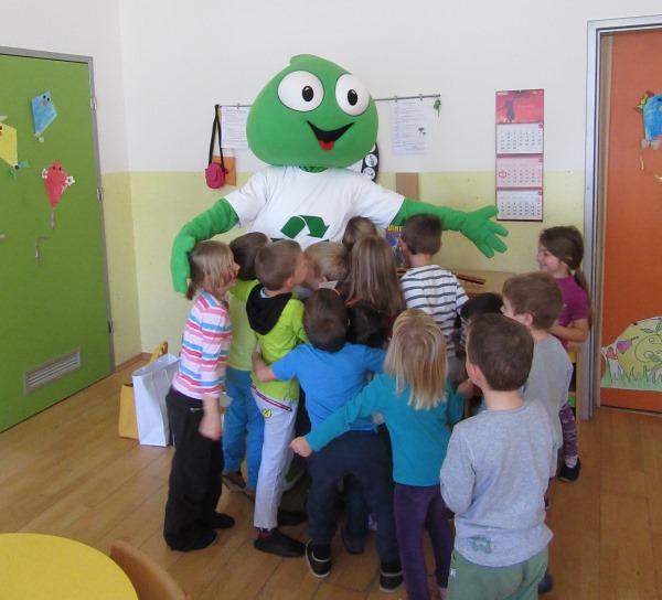 Maskota Grini v vrtcu z otroki.