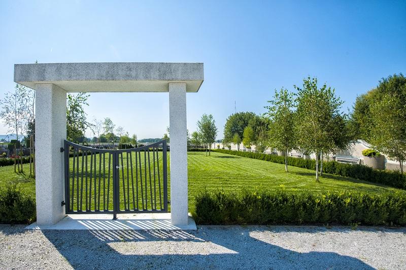 Na sliki je prostor za raztros pepela na pokopališču Domžale.