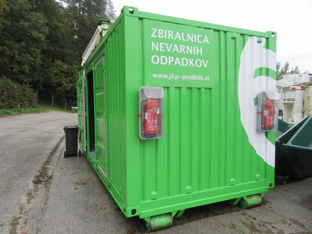 Na sliki je premična zbiralnica nevarnih odpadkov.